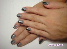 mostra uma foto com uma nail art meio a meio